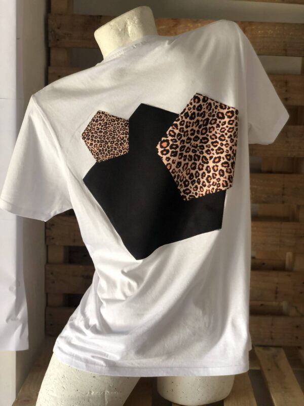 Camiseta de diseño leopardo.